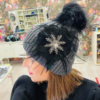 Prepariamoci all'arrivo del freddo 🖤nuovi cappellini nuoce applicazioni 🖤#seveg #seveggioiellieaccessori  #pezziunici #pezziunicirealizzatiamano #loveseveg #freddo #campobasso #cappelloponpon #cappellopersonalizzato