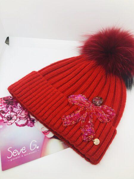 cappello rosso pon pon fiocco perline