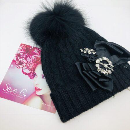 cappello nero pon pon fiocco nero simbolo della pace nero