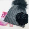 cappello grigio pon pon nero fiore velluto