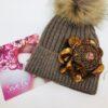 cappello color nocciola con applicazione ruggine pon pon lamè