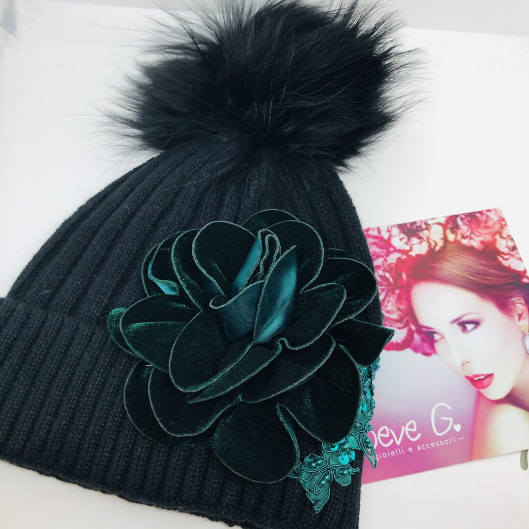 Cappello pon pon nero fiore verde in velluto pizzo e pietre