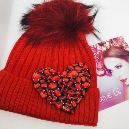 Cappello rosso applicazione cuore strass