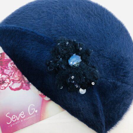 Basco in pelliccetta blu con applicazione a forma di fiore in lana cristalli e paillette