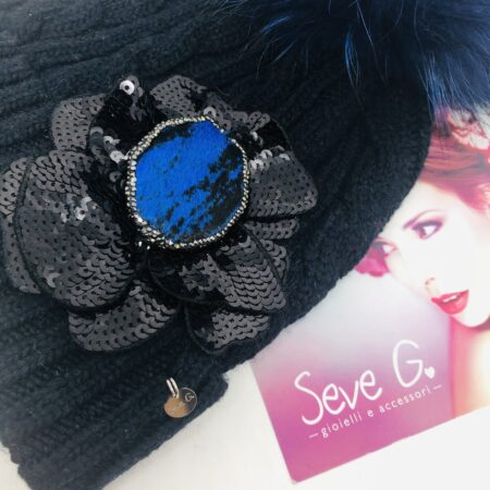 Cappello in lana blu con fiore nero in paillette e applicazione in cavallino bluette e nero