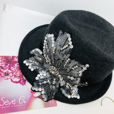cappello in lana grigio con applicazione a fiore di perline strass e paillette