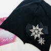 cappello leggero in cotone nero, felpato.L'applicazione realizzata aa mano con un fiocco e due stelle di pietre luminose