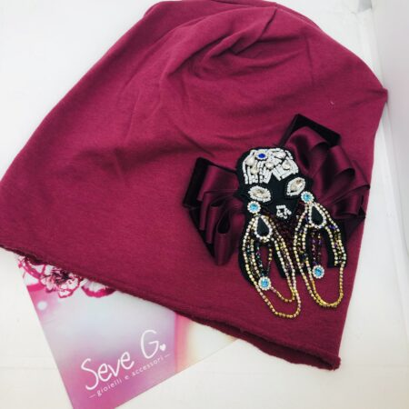 cappello in cotone con applicazione di pietre e strass con fiocco in raso sui colori dei bordoaux e il vinaccio