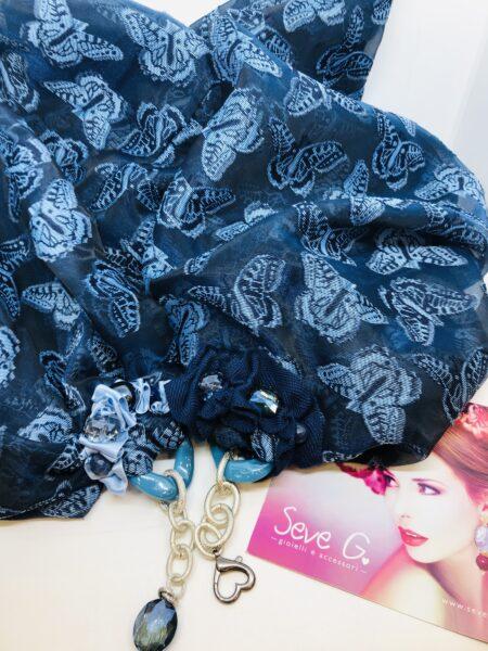 sciarpa gioiello blu con farfalle